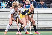 AMSTERDAM - Amsterdam - Den Bosch , Wagener Stadion , Hockey , Play-off hoofdklasse hockey , 03-05-2015 , Amsterdam speelster Maria Verschoor (l) in duel met Den Bosch speelster Margot van Geffen (r)