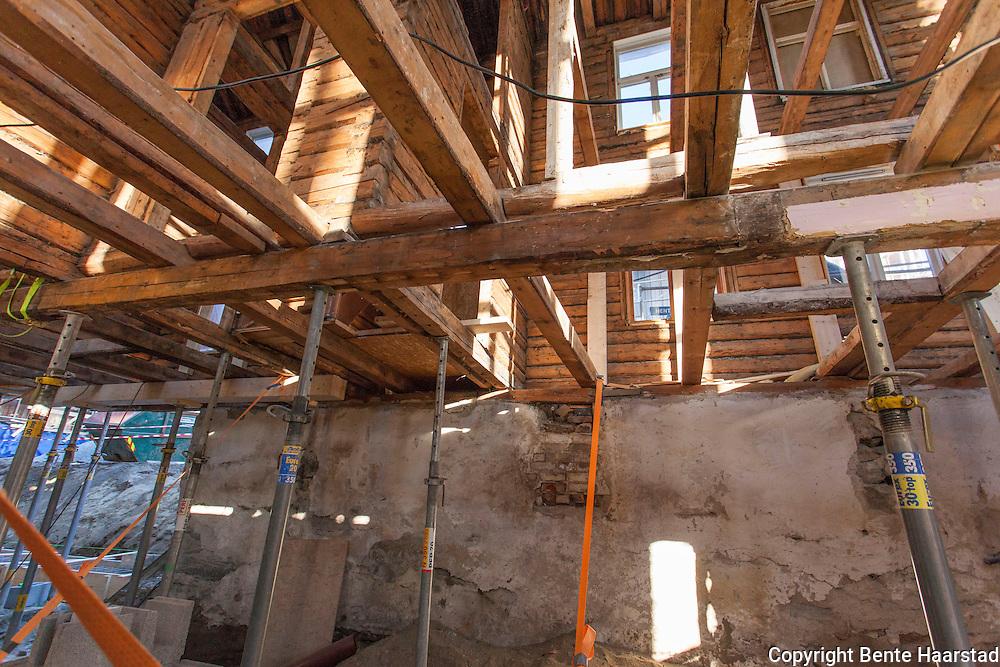 """Den store sveitservillaen er strippet innvendig og bygningen er jekket opp og """"svever"""" inntil ny grunnmur kommer på plass. Den får utvendig restaurering, mens det blir bygd nytt innvendig."""