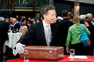 DEN HAAG - Minister Jeroen Dijsselbloem van Financien presenteert in de Tweede Kamer het koffertje met de rijksbegroting en miljoenennota. Als eerbetoon gebruikte hij het originele koffertje dat zijn voorganger Pieter Lieftinck voor het eerst gebruikte op Prinsjesdag van 1946.