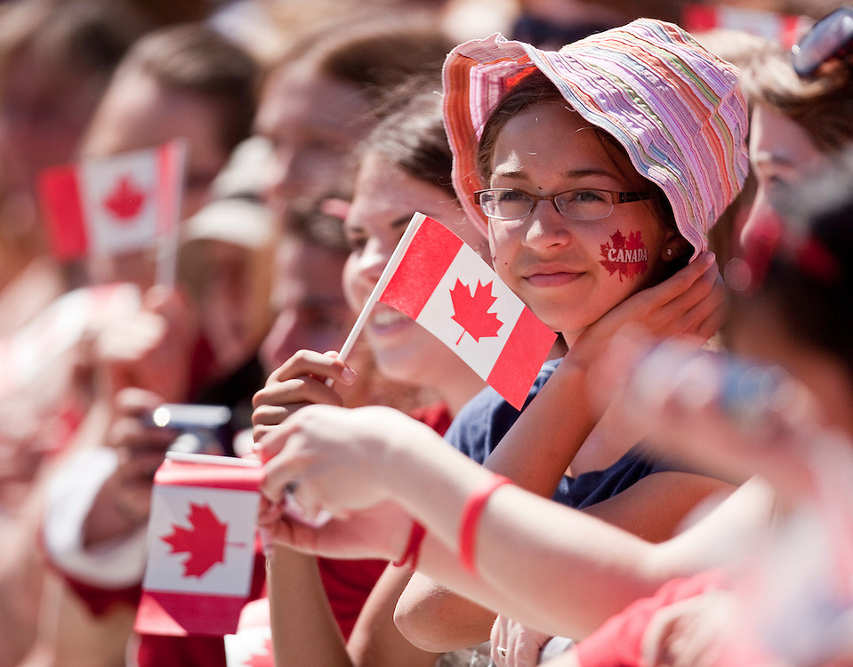 Canadians gather on Parliament Hill in Ottawa, Ontario July 1, 2011 for Canada Day celebrations and a chance to get a glimpse of Britain's Prince William and his wife Catherine the Duchess of Cambridge who are on a nine-day cross Canada tour, their first as husband and wife. <br /> AFP PHOTO/GEOFF ROBINS