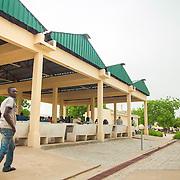 LÉGENDE: A Marché de Chagoua, un homme près des nouveaux étalages construit par la BAD afin de rendre le marcher plus moderne. LIEU: Marché de Chagoua, N'Djaména, Tchad. PERSONNE(S): Un homme (à gauche) marche au milieu des nouveaux étalages nouvellement construit.