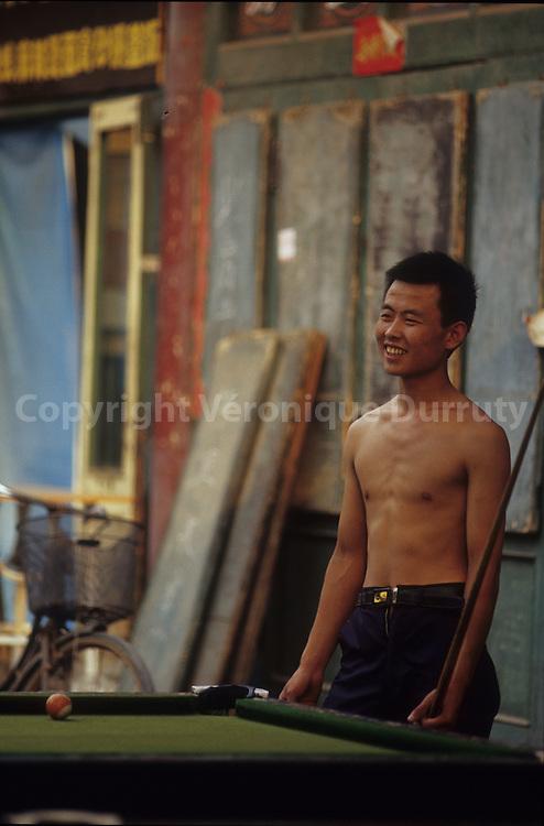 Joueur de billard a Pingyao, Shanxi, Chine