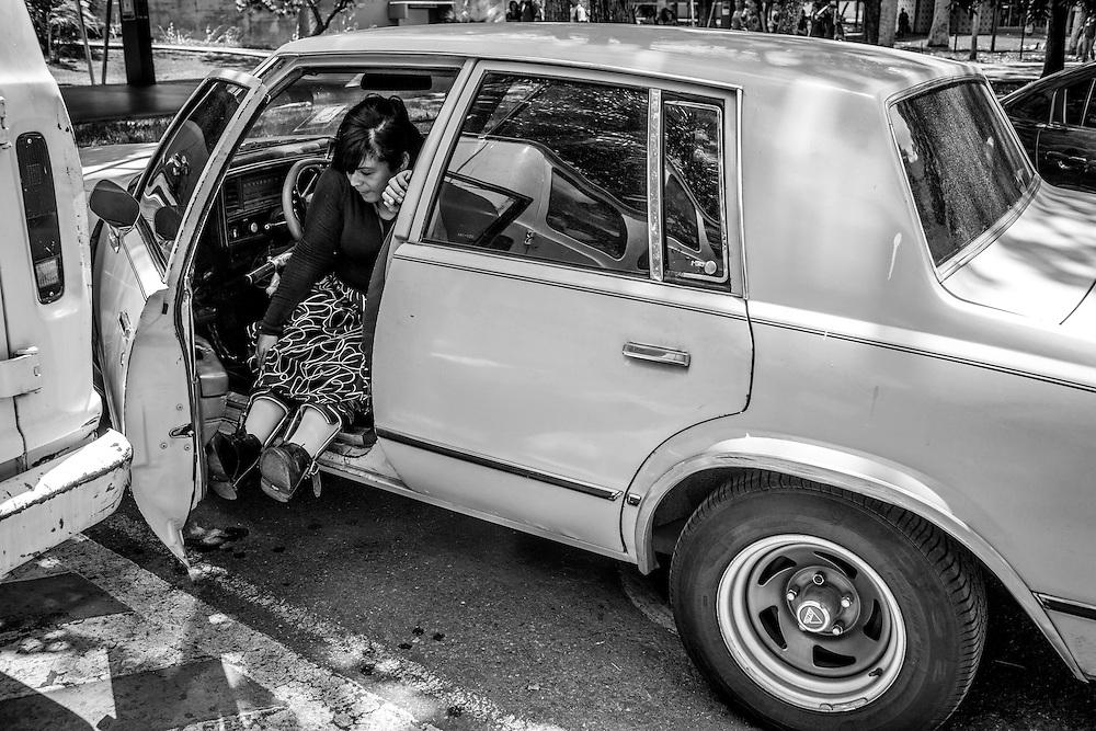 La psicólogo clínico, Carolina Mora entra en su vehículo luego de dar clases de Psicología General en la Universidad Central de Venezuela (UCV). Caracas, 13 de junio de 2014. (Foto/Ivan Gonzalez)