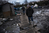 Migra ts have to walk on wooden pallets in the Dunkerque camp, called Jungle paritali flooded. France. FEDERICO SCOPPA/CAPTA