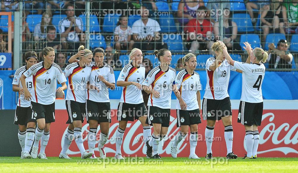 16.07.2010, Ruhrstadion, Bochum, GER, FIFA U-20 Frauen Worldcup, Deutschland vs Kolumbien, im Bild Deutschlanf feiert das 3:0, EXPA Pictures © 2010, PhotoCredit: EXPA/ nph/  Roth / SPORTIDA PHOTO AGENCY