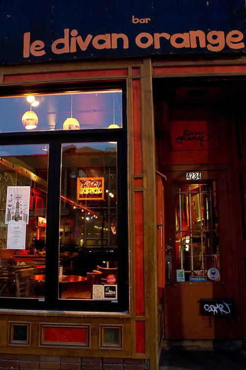 Cadres lumineux installés dans les vitrines de la rue St-Laurent et de l'avenue du Parc