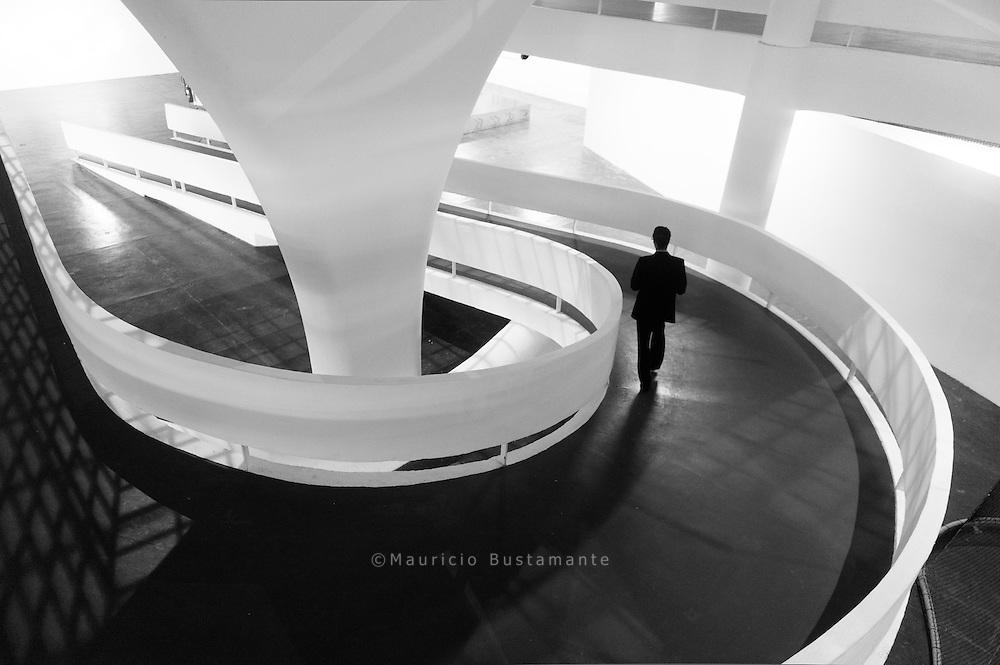 Pavilhão Ciccillo Matarazzo.   Desde la 4ª edición en el año 1957, la Bienal de San Pablo se lleva a cabo en el Pabellón Ciccilio Matarazzo ubicado en el Parque do Ibirapuera. Fue diseñado por un equipo de arquitectos dirigidos por Oscar Niemeyer y Hélio Uchôa. Lleva el nombre del fundador de la Bienal: Francisco (Ciccillo) Matarazzo Sobrinho (1898-1977). El edificio de tres piso brinda una superficie de exposición de unos 30.000 m².