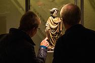 In Utrecht opent burgemeester Jan van Zanen een nieuwe zaal in het Museum Catharijneconvent. In de zaal staat een voor Nederland uniek beeld van apostel Petrus. Het beeld, een houten sculptuur uit het atelier van de in Haarlem geboren beeldhouwer Claux de Werve (1380 - 1439), is de nieuwste en duurste aanwinst van Museum Catharijneconvent. Het museum heeft 400.000 euro neergeteld. De sculptuur komt waarschijnlijk uit een cisterci&euml;nzerabdij in Theuley in het oosten van Frankrijk en is door het museum gekocht tijdens de Tefaf beurs. Het is het eerste werk van De Werve dat in Nederlands bezit is. et werk staat in de  Catharinezaal, een nieuwe expositieruimte waar de topstukken van het museum te zien zijn. Daaronder ook de monstrans die  een paar jaar geleden was gestolen en later is terugvonden.<br /> <br /> Utrecht Mayor Jan van Zanen reveals a unique statue of Apostle Peter. The image, a wooden sculpture from the studio of Claux de Werve (1380 - 1439), is the newest and most expensive acquisition of museum Catharijneconvent. The sculpture is probably from a Cistercian abbey in Theuley in eastern France and was purchased by the museum during the TEFAF fair. It is the first work of De Werve which is in Dutch hands. The unveiling will take place during the opening of Catharine Hall, a new exhibition space which houses the masterpieces of the museum. This includes the monstrance that a few years ago was stolen and found again later.