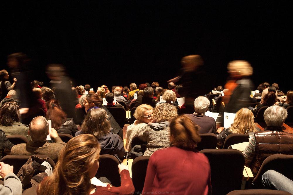Le Forum du Blanc-Mesnil accueille ses derniers spectacles. Jeudi 13 novembre 2015, le nouveau maire UMP a mis fin &agrave; la convention qui liait le Forum, la Ville, les autres collectivit&eacute;s territoriales et l&rsquo;&Eacute;tat. L&rsquo;association qui fait vivre le lieu ne survivra pas au-del&agrave; de fin d&eacute;cembre.<br /> Ce sont vingt emplois permanents menac&eacute;s ; deux-cents &agrave; deux-cent-cinquante intermittents d&eacute;programm&eacute;s pour la fin de la saison ; six compagnies en r&eacute;sidence fragilis&eacute;es. Ce sont aussi des liens humains qui tissaient une ville au quotidien qui disparaissent. Les cr&egrave;ches, les &eacute;coles, les coll&egrave;ges, les lyc&eacute;es, les h&ocirc;pitaux, les centres sociaux, les services municipaux, les maisons de retraites, les associations menaient avec les artistes en r&eacute;sidence des projets de toutes sortes depuis une quinzaine d&rsquo;ann&eacute;es.