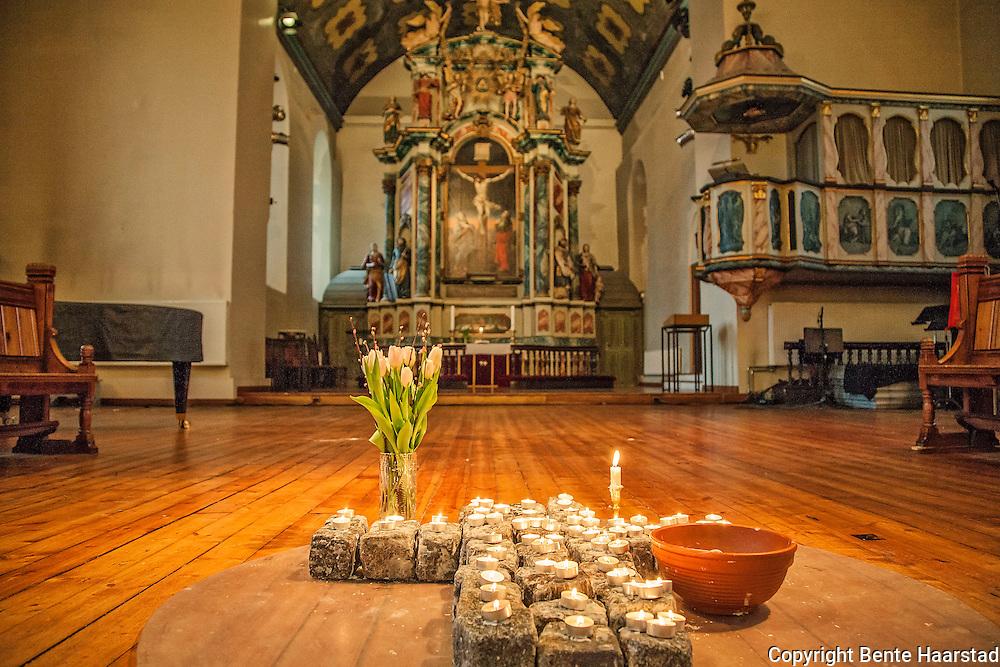 Brosteinkorset i V&aring;r Frue kirke, som er en &aring;pen kirke, en omsorgskirke, drevet av Kirkens Bymisjon i Trondheim siden 2007. Altertavlen er laget i 1742-44 for  Nidarosdomen, den har v&aelig;rt i V&aring;r Frue kirke siden 1837. Snekkerarbeidene er laget av Heinrich K&uuml;hnemann, S. Erichs&oslash;n dreide de store s&oslash;ylene, Jonas Granberg fra J&auml;mtland skar billedfigurene, og I. N. Scavenius malte tavlen og billedfeltene. <br /> Altertavlen er et pomp&oslash;st barokkverk i datidens popul&aelig;re jesuitterstil, og etterligner steinformer i tre. Altertavlen er formet som en portal rundt tre sentraltema &ndash; nederst et lite maleri av nattverden, midt i portalen et maleri av den korsfestede Kristus, og helt &oslash;verst en skulptur av den triumferende Kristus. Portalen er flankert av bibelpersoner og kardinaldyder. Nederst st&aring;r Moses med lovtavlene og Aron med r&oslash;kelseskar, flankert av hhv. Fides med alterkalk og Caritas (kj&aelig;rligheten) med et barn p&aring; armen og ved foten. Over portalen til venstre Pietas som b&aelig;rer et lam, og til h&oslash;yre Spes med et anker. Over portalen str&aring;ler Guds &oslash;ye, flankert av to gammeltestamentlige profeter, som holder et blomstergirlander b&aring;ret av to engler som hyller den oppstandne Kristus. Samlet h&oslash;yde er ca. 10 meter, og den er trolig Norges st&oslash;rste.