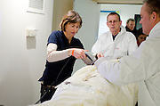 Bij binnenkomst wordt het slachtoffer met een barcode gescand, zodat bekend is waar het slachtoffer is. In het Calamiteitenhospitaal in Utrecht wordt een rampenoefening gehouden. De nadruk ligt op de contaminatie, door een gekantelde vrachtwagen zijn veel slachtoffers in aanraking gekomen met een chemische stof. Voor het eerst wordt er geoefend met een zogenaamde decontaminatietent. Als de tent bevalt, schaft het ziekenhuis zo'n tent aan. Bij de 'ramp' zijn 100 slachtoffers gevallen.<br /> <br /> An employee is scanning a patient when he is brought into the hospital. In the Trauma and Emergency Hospital in Utrecht an calamity training was held. The emphasis is on the contamination by an overturned truck, many victims are contaminated by a chemical. For the first time a so-called decontamination tent was used. If the tent fulfills the expectations, a tent will be purchased. The 'calamity' caused 100 victims.