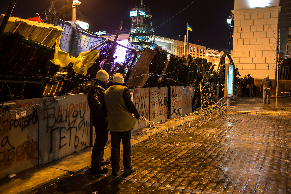 KIEV, UKRAINE - DECEMBER 3: Protesters stretch concertina wire in front of a barricade during ongoing anti-government protests in Independence Square on December 3, 2013 in Kiev, Ukraine. Thousands of people have been protesting against the government since a decision by Ukrainian president Viktor Yanukovych to suspend a trade and partnership agreement with the European Union in favor of incentives from Russia. (Photo by Brendan Hoffman/Getty Images) *** Local Caption ***
