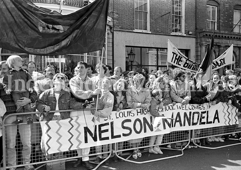 The crowds at the Mansion House during Nelson Mandela's visit, 01/07/1990 (Part of the Independent Newspapers Ireland/NLI Collection).