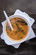 Chupe de Camarones aus Peru.  ein typisches Gericht der peruanischen Küche. Dabei handelt es sich um eine sämige Suppe mit Garnelen, Kartoffeln, Milch und Chili. Aufgrund ihrer Reichhaltigkeit eignet sie sich sehr gut als Hauptgericht und je mehr Chili Sie dazu geben, desto mehr werden Sie das kalte Schmuddelwetter vor Ihrer Haustüre vergessen.