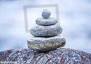 Steinmaennchen mittig vor unscharfem Hintergrund