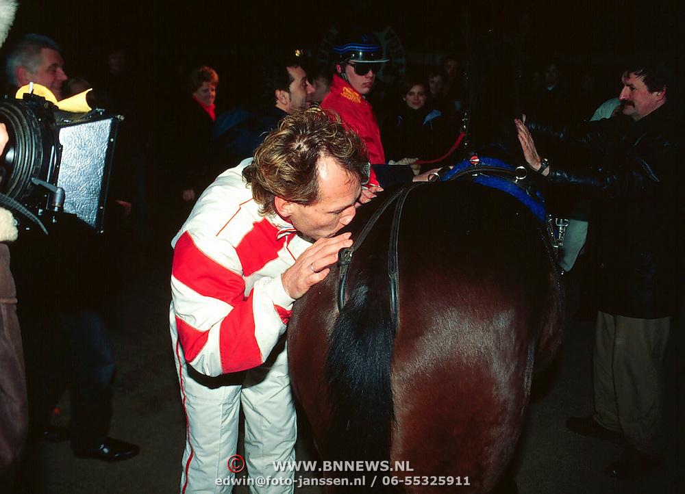 Doop ONM Veronica paard in Wolvega, regisseur Steven de Jong doopt het paard met champagne