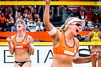 DEN HAAG - Poulewedstrijd Meppelink/van Iersel tegen Mashkova / Tsimbalova , Beachvolleybal , WK Beach Volleyball 2015 , 26-06-2015 , Madelein Meppelink (l) viert het punt met Marleen van Iersel (r)