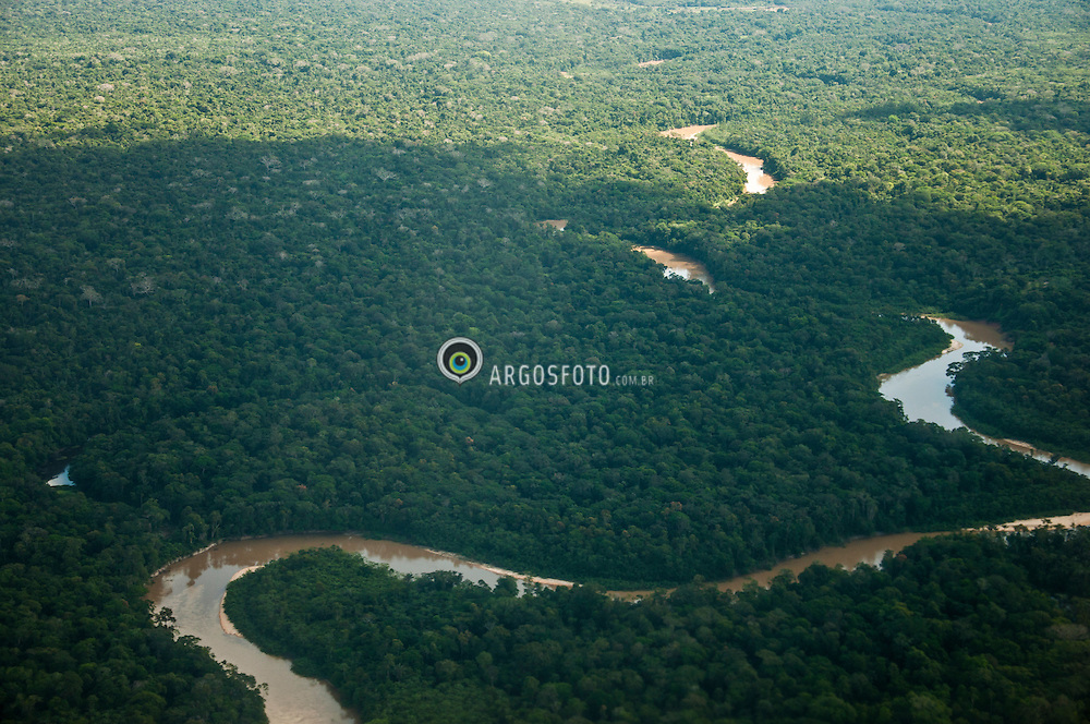 O rio Jurua, banha os estados brasileiros do Acre e Amazonas.Nasce no Peru, atravessando o Acre ate desaguar no rio Solimoes. De grande importancia para a regiao, servindo como hidrovia para diversas comunidades, ja que rodovias sao inexistentes na maior parte de seu curso./ he Juruá River (Portuguese Rio Juruá; Spanish Río Yurúa) is a southern affluent river of the Amazon River west of the Purus River, sharing with this the bottom of the immense inland Amazon depression, and having all the characteristics of the Purus as regards curvature, sluggishness and general features of the low, half-flooded forest country it traverses. It rises among the Ucayali highlands, and is navigable and unobstructed for a distance of 1133 miles (1823 km) above its junction with the Amazon. It has a total length of approximately 1500 miles (2414 km), and is one of the longest tributaries of the Amazon.