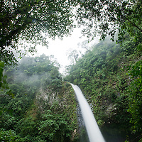 Costa Rica, La Fortuna, Waterfall in rainforest along Fortuna River