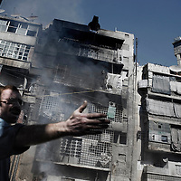 SYRIA, ALEPPO : A civilian yields for help after a mortar hit a civilian building in Aleppo, on September 26, 2012. ALESSIO ROMENZI