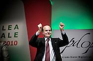 ROMA. PIERLUGI BERSANI SEGRETARIO DEL PARTITO DEMOCRATICO SALUTA AL TERMINE DELL'ASSEMBLEA NAZIONALE DEL PARTITO DEMOCRATICO; PIERLUGI BERSANI SECRETARY OF THE DEMOCRATIC PARTY