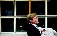 NLD-20031207-DEN HAAG: Kroonprins Willem-Alexander toont zondagavond in het Bronovo ziekenhuis in Den Haag trots zijn dochter Catharina-Amalia aan de pers. ANP FOTO/ROBIN UTRECHT/POOL