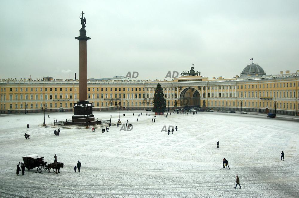*** Local Caption *** The Alexander column in Dvortsovaya Ploshohad, in front of the Hermitage.