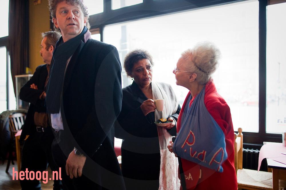 """Jack Monasch (links op voorgrond)  Hannah Belliot en een lokaal pvda lid voorafgaans aan het PvdA lijsttrekkersdebat voor het europeesparlement in """"Media Art Cafe Berlijn"""" in Enschede d.d. 30-11-2008..Aanwezig de vier kandidaten voor de functie van lijsttrekker: Hanna Belliot,Thijs Berman, Kris Douma en Jack Monasch..Verder aanwezig een aantal pvda-ers uit de lokale politiek en bar weinig geinteresserde burgers."""
