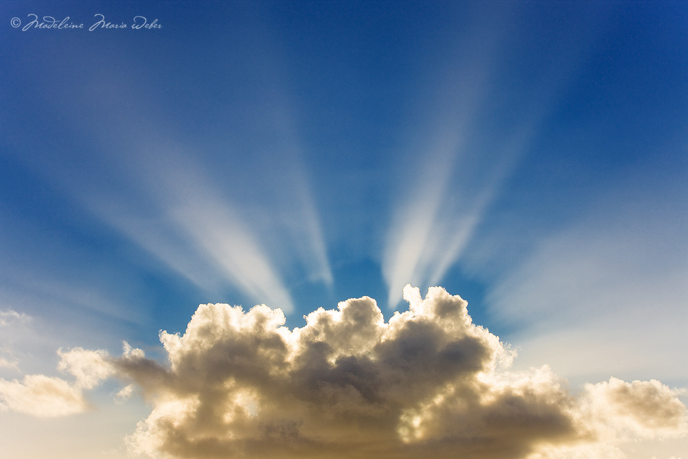 Beautiful sun rays behind the clouds / cl042