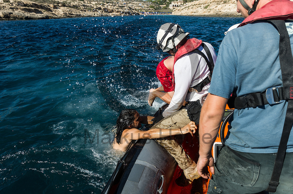 Die Besatzung des Fluechtlingsrettungsboot Sea-Watch 2 trainiert am 19.09.2016 in den Gewaessern vor Lampedusa, Italien das retten und bergen von Fluechtlingen. Foto: Markus Heine / heineimaging<br /> <br /> ------------------------------<br /> <br /> Veroeffentlichung nur mit Fotografennennung, sowie gegen Honorar und Belegexemplar.<br /> <br /> Publication only with photographers nomination and against payment and specimen copy.<br /> <br /> Bankverbindung:<br /> IBAN: DE65660908000004437497<br /> BIC CODE: GENODE61BBB<br /> Badische Beamten Bank Karlsruhe<br /> <br /> USt-IdNr: DE291853306<br /> <br /> Please note:<br /> All rights reserved! Don't publish without copyright!<br /> <br /> Stand: 09.2016<br /> <br /> ------------------------------
