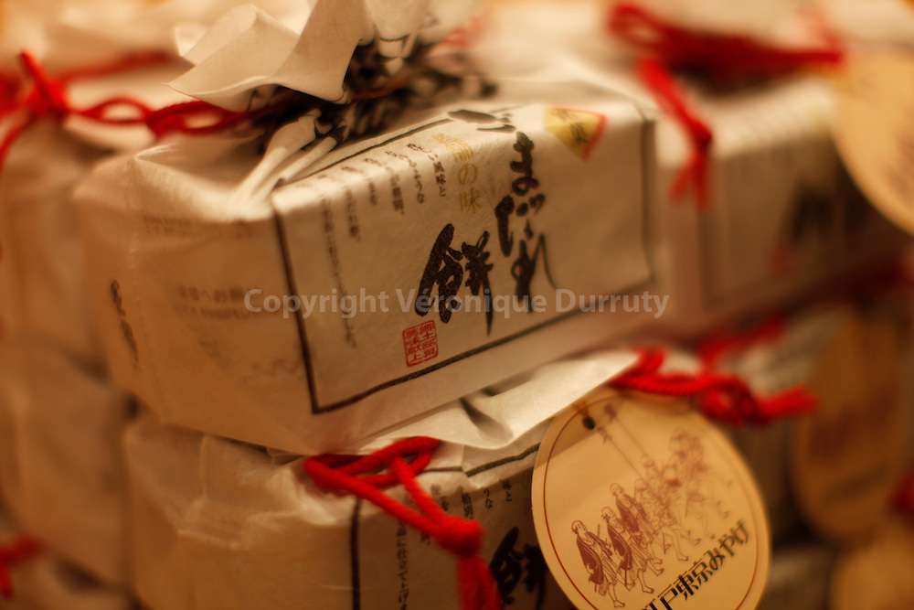Japanese wrappings, ( sweets boxes ) Tokyo / Boites de bonbons, les emballages et suremballages japonais, beaux et durs pour la planete, Tokyo, Japon