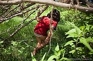 Paola jugando en el arroyo, Rancho San Ignacio