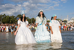Montevideu, Uruguai    02/Fev/2006.Festa de Iemanja na Playa Ramirez, em Montevideu/ Devotees of the Afro-Brazilan  sea-goddess, Yemanja, during the celebrate day.Foto Adri Felden/Argosfoto