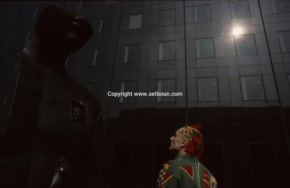 in la Defense  Paris  France    coiffure sculpture du coiffeur plasticien Jean Philippe Pages à  la défense  Paris  France  R00008/    L0006356  /  P101616