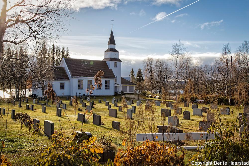 R&oslash;yrvik kirke i Nord-Tr&oslash;ndelag er bygget i tre og oppf&oslash;rt i 1901. Kirken har langplan og 180 sitteplasser.<br /> Arkitekt: O. Alfstad. <br /> R&oslash;yrvik kirke fra 1901 er en tidstypisk langkirke med t&aring;rn i vest og kor i &oslash;st, oppf&oslash;rt i utvendig panelt laft etter tegninger av arkitekt O. J. Alstad. Peder Olsen, som opprinnelig kom fra Nyvika i R&oslash;yrvik, var byggmester. Kirken har forholdsvis enkle former, og den har gjennomg&aring;tt mange endringer b&aring;de utvendig og innvendig, blant annet rundt 1965, da det ble lagt nytt tak og &oslash;vre del av t&aring;rnet ble fornyet. Samtidig ble veggene innvendig panelt og kirkerommet fikk ny fargesetting ved arkitekt Arne Aursand. <br /> Kirkerommet er enskipet med smalere kor og buete himlinger. Galleriet over inngangspartiet i vest ble utvidet i forbindelse med nytt orgel i 1926. Prekestolen fra 1901 var opprinnelig malt, men ble avlutet i 1938, og er n&aring; trehvit med malte profiler i samme stil som d&oslash;pefonten. <br /> Den tredelte altertavlen, malt av den kjente tr&oslash;nderkunstneren Roar Matheson Bye i 1938, har Korsfestelsen som midtmotiv, flankert av Moses som opph&oslash;yer slangen i &oslash;rkenen og mennesker som tror. Til venstre for korbuen henger et maleri med Jesus og engelen i Getsemane fra ca. 1850, som kan ha v&aelig;rt altertavle i den forrige kirken p&aring; stedet. P&aring; h&oslash;yre side av korbuen henger et portrett fra ca. 1900 av prost Hans P. S. Krag, som var en drivkraft bak den f&oslash;rste kirken i R&oslash;yrvik i 1828.  R&oslash;yrvik kirke ligger i R&oslash;yrvik sokn i Namdal prosti. Kilder:<br /> NIKUs kirkeregister