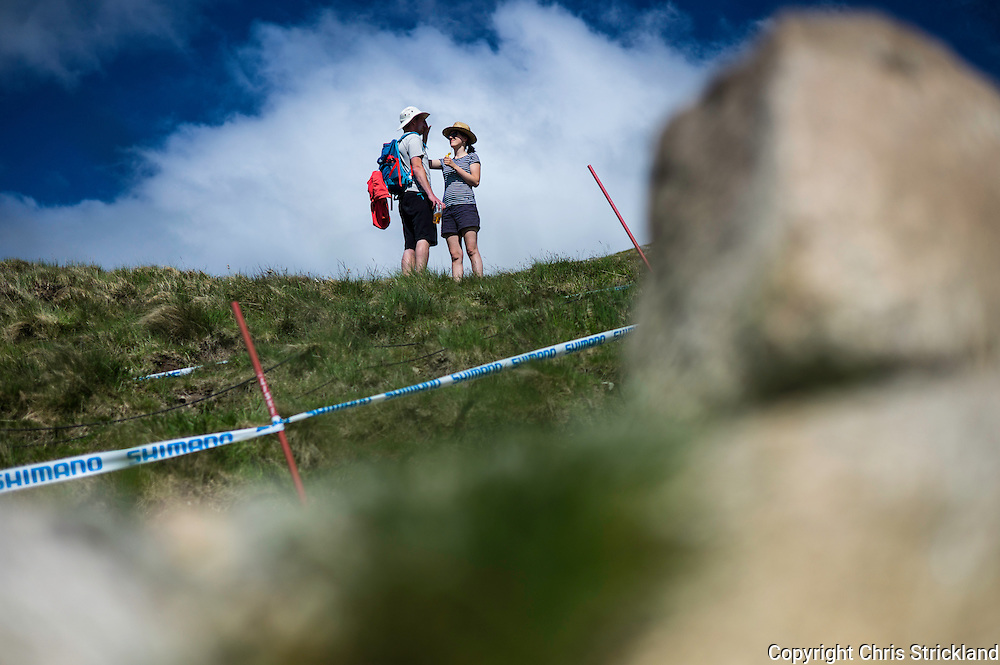 Nevis Range, Fort William, Scotland, UK. 3rd June 2016. It must be love, a couple apply suncream to each other in the scorching heat as the worlds leading mountain bikers descend on Fort William for the UCI World Cup on Nevis Range.