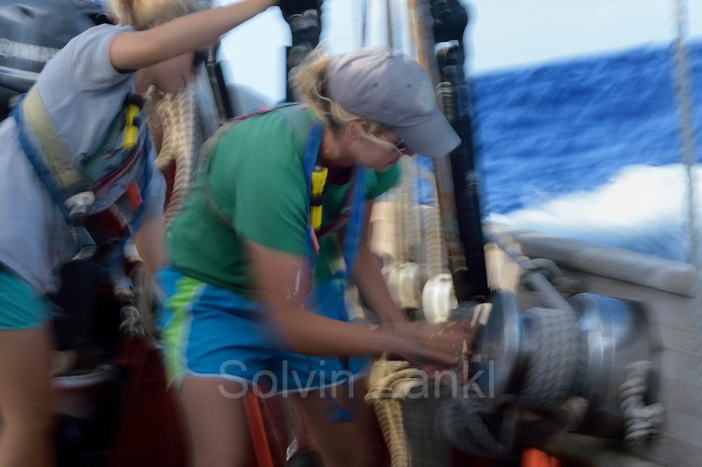 Corwith Cramer is a 134-foot steel brigantine built as a research vessel for operation under sail. Sargasso Sea, Bermuda   2nd Mate Jill Hughes bedient die Winsch um die Vorsegel auf dem Forschungssegler Corwith Cramer zu trimmen. Der Forschungssegler Corwith Cramer durchquert im April 2014 die Sargasso See von Puerto Rico kommend bis zu den Bermuda Inseln.