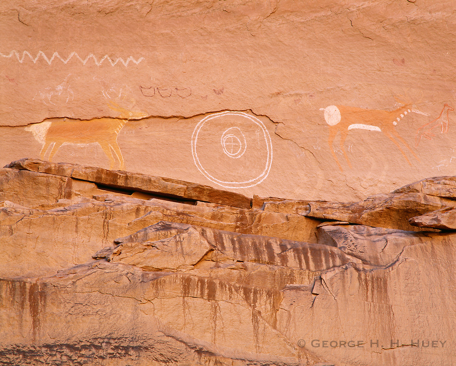 0100-1017 ~ Copyright:  George H. H. Huey ~ Anasazi pictographs [in white], and Navajo pictographs [brown], near Antelope House, Canyon del Muerto.  Canyon de Chelly National Monument, Arizona.