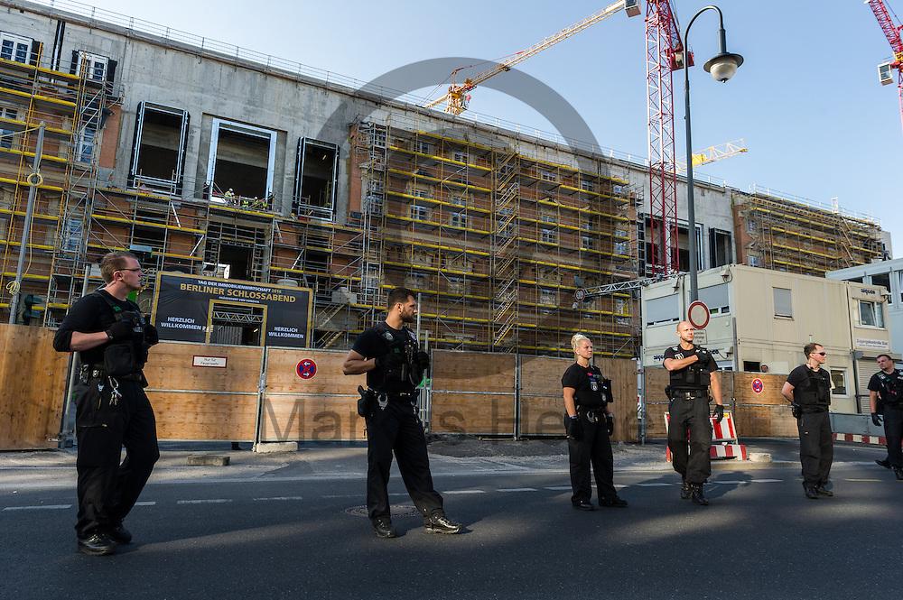 Polizisten sichern w&auml;hrend der Demonstration &quot;Recht auf Stadt statt Schloss&quot; am 08.06.2016 in Berlin, Deutschland den Eingang zum Stadtschloss. Mehrere hundert Menschen demonstrierten unter dem Motto &quot;Recht auf Stadt statt Schloss&quot; gegen den Tag der deutschen Immobilienwirtschaft und gegen den immer weniger werdenden Wohnraum f&uuml;r gering und normalverdienende. Foto: Markus Heine / heineimaging<br /> <br /> ------------------------------<br /> <br /> Ver&ouml;ffentlichung nur mit Fotografennennung, sowie gegen Honorar und Belegexemplar.<br /> <br /> Bankverbindung:<br /> IBAN: DE65660908000004437497<br /> BIC CODE: GENODE61BBB<br /> Badische Beamten Bank Karlsruhe<br /> <br /> USt-IdNr: DE291853306<br /> <br /> Please note:<br /> All rights reserved! Don't publish without copyright!<br /> <br /> Stand: 06.2016<br /> <br /> ------------------------------