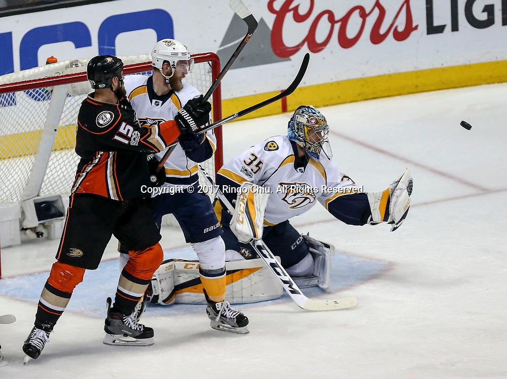 5月12日,纳什维尔捕食者队守门员Pekka Rinne (右) 在比赛中扑救。当日,在美国加利福尼亚州的阿纳海姆举行的2016-2017赛季國家冰球聯盟(NHL)季后赛西部决赛,阿纳海姆鸭队 (Anaheim Ducks) 主场以3比2不敌纳什维尔捕食者队(Nashville Predators)。新华社发 (赵汉荣摄)