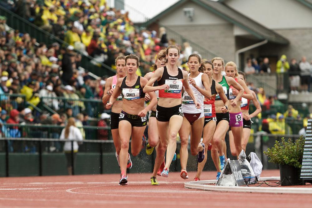 women's 5000 meter prelim, Huddle leads