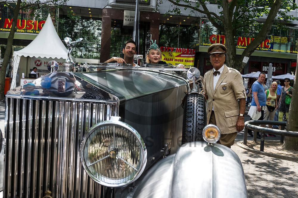 Ein Besucher machen Fotos  w&auml;hrend der Classic Days Berlin am 04.06.2016 in Berlin, Deutschland mit einem Oldtimer und seinem Besitzer. Der Kurf&uuml;rstendamm wird an diesem Wochenende zu einer Ausstellungsfl&auml;che f&uuml;r Liebhaber von alten Autos. Foto: Markus Heine / heineimaging<br /> <br /> ------------------------------<br /> <br /> Ver&ouml;ffentlichung nur mit Fotografennennung, sowie gegen Honorar und Belegexemplar.<br /> <br /> Bankverbindung:<br /> IBAN: DE65660908000004437497<br /> BIC CODE: GENODE61BBB<br /> Badische Beamten Bank Karlsruhe<br /> <br /> USt-IdNr: DE291853306<br /> <br /> Please note:<br /> All rights reserved! Don't publish without copyright!<br /> <br /> Stand: 06.2016<br /> <br /> ------------------------------w&auml;hrend der Classic Days Berlin am 04.06.2016 in Berlin, Deutschland. Der Kurf&uuml;rstendamm wird an diesem Wochenende zu einer Ausstellungsfl&auml;che f&uuml;r Liebhaber von alten Autos.  Foto: Markus Heine / heineimaging<br /> <br /> ------------------------------<br /> <br /> Ver&ouml;ffentlichung nur mit Fotografennennung, sowie gegen Honorar und Belegexemplar.<br /> <br /> Bankverbindung:<br /> IBAN: DE65660908000004437497<br /> BIC CODE: GENODE61BBB<br /> Badische Beamten Bank Karlsruhe<br /> <br /> USt-IdNr: DE291853306<br /> <br /> Please note:<br /> All rights reserved! Don't publish without copyright!<br /> <br /> Stand: 06.2016<br /> <br /> ------------------------------