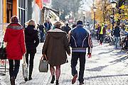 In Utrecht lopen een man vrouw hand in hand door de binnenstad.<br /> <br /> In Utrecht a man and woman walk hand in hand in the city center.