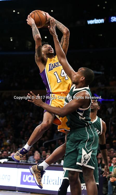 3月17日,洛杉矶湖人队球员布兰登&middot;英格拉姆 (左)在比賽中上篮受阻。 当日,在2016-2017赛季NBA常规赛中,洛杉矶湖人队主场以103比107不敌密尔沃基雄鹿队。 新华社发 (赵汉荣摄)<br /> Los Angeles Lakers forward Brandon Ingram (#14) goes up for a shot against Milwaukee Bucks during an NBA basketball game, Friday, March 17, 2017.(Photo by Ringo Chiu/PHOTOFORMULA.com)<br /> <br /> Usage Notes: This content is intended for editorial use only. For other uses, additional clearances may be required.
