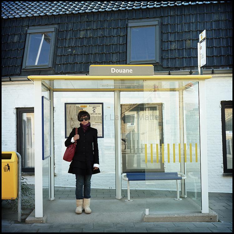 Le 23 octobre 2011, frontière Belgique / France, village de Poperinge (B), RN38. Une femme attend le bus à la frontière franco-belge, à l'arrêt «Douane», à côté de l'ancien poste frontière de Poperinge.