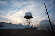 Uitzicht vanaf Mount Lewis bij Battle Mountain, Nevada. De berg heeft een top van 2950 meter. Op de berg staat een Air Route Surveillance Radar, een mast voor de radio en een weerstation. Het land op de berg is deels eigendom van de staat en deels eigendom van een ranch dat de koeien op de berg laat grazen. Door de branden in Californi&euml; is de lucht zo vervuild dat het zicht beperkt is.<br /> <br /> View from Mount Lewis in Battle Mountain, Nevada. The mountain has a summit of 9680 feet. The mountain is an Air Route Surveillance Radar, a mast for the radio and a weather station. The land on the mountain is partly owned by the state and partly owned a ranch that the cows graze on the mountain. Due to the fires in California, the air is so polluted that visibility is limited.
