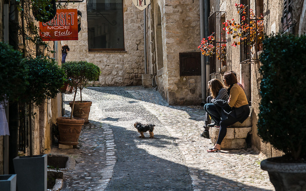 The little dog seemed to be the center of attention for the people who sat there... and the photographer. Saint Paul village, France.