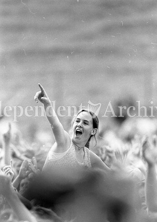 Fans enjoying themselves at the Slane Castle concert, 22/07/1995 (Part of the Independent Newspapers Ireland/NLI collection).