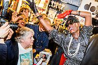 Brussel Belgie 20 Mei 3016 Grace Jones presenteert haar biografie (frans en Nederlandstalig) aan het publiek in boekhandel Filigranes.Ze begroet zelfs tijdens het signeren van haar boek af en toe het veeltallige publiek. Een ware fan met Jones t-shirt in de voorgrond