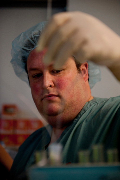 Dr Michael Dahan effectue la ponction ovarienne, suite à une prise d'hormones il a pu récupérer 14 (à vérifier) ovules